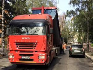 Primul strat de asfalt turnat ieri pe o banda a străzii Mărăşeşti