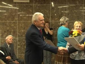 Fostul consilier local Cornel Caşu şi soţia sa Genoveva, felicitaţi de Ion Lungu la împlinirea a 50 de ani de căsătorie
