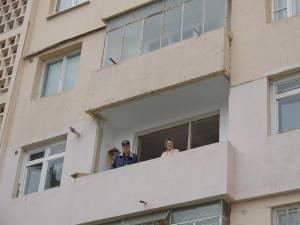 După ce vechile geamuri au fost date jos, pentru cei doi bătrâni a început o lungă aşteptare, care între timp a devenit insuportabilă