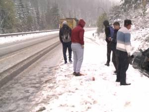 Pe mai multe drumuri din judeţ zăpada s-a aşternut într-un strat destul de consistent, iar multe maşini au derapat şi au ajuns în şanţuri