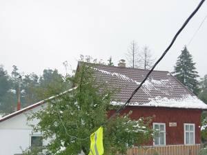 Cablu electric desprins şi atârnat deasupra şoselei, la Vicovu de Jos