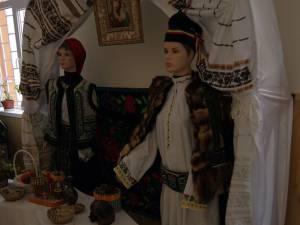 O parte din piesele vestimentare expuse au peste 100 de ani
