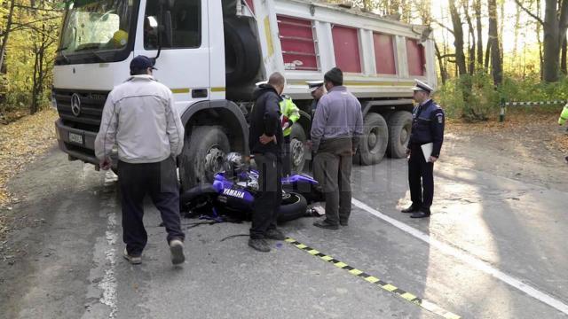 Tânărul a scăpat cu mult noroc din ceea ce putea fi o tragedie, după ce a sărit de pe motocicleta care s-a izbit violent de camion