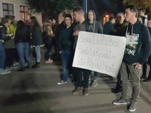 """Aproximativ 30 de tineri au participat aseară, începând cu ora 19,00, la un marş pe traseul Piaţa """"Nada Florilor"""" – Primăria municipiului Fălticeni"""