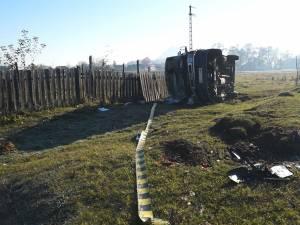 Ambulanţa a părăsit drumul şi s-a răsturnat în preajma unui gard
