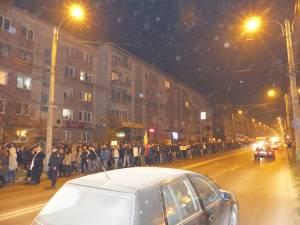 Aproape 1.500 de suceveni au protestat aseară în faţa primăriei şi prin întreg oraşul