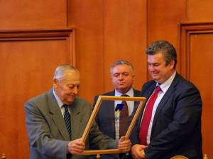 Maestrul Mircea Drăgan a primit de la Cătălin Nechifor diploma de Cetăţean de onoare al judeţului Suceava