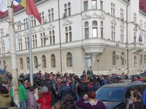 Protest al bazariştilor în faţa Prefecturii şi Consiliului Judeţean