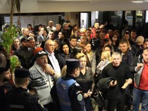 Protestatarii au ocupat parterul Primăriei Suceava, cerând redeschiderea Bazarului, chiar de nici unul nu a mutat chioşcurile de pe căile de acces