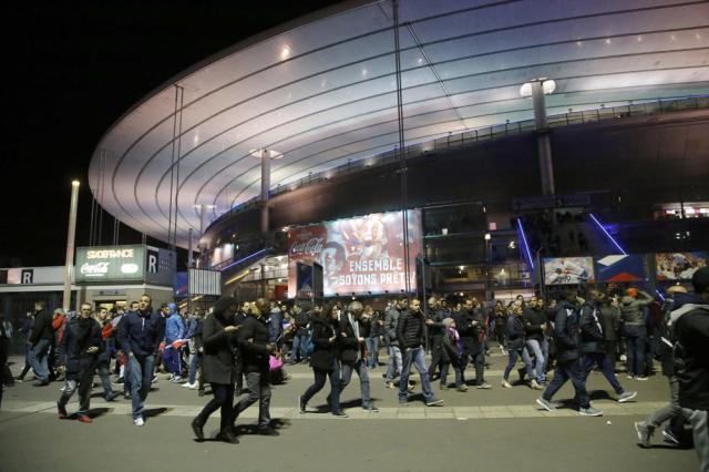 Atentatele cu arme de foc au fost urmate de trei explozii, în jurul orei 21,20, în apropiere de Stade de France la Saint-Denis, unde avea loc meciul de fotbal Franţa – Germania. AP Photo