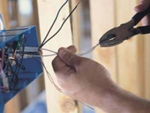 Intervenţiile persoanelor neautorizate în reţeaua de distribuţie a energiei electrice sau în zona de protecţie pot genera accidente grave. Foto: vremeanoua.ro