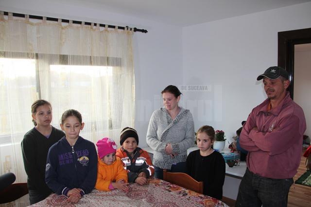 Familia Băcilă din Marginea trăieşte la lumânare