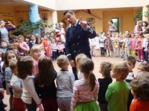 """Poliţiştii au mers în mijlocul celor peste 160 de copii de la Grădiniţa cu Program Prelungit ,,Sfântul Ioan cel Nou"""" Suceava"""