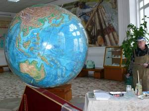 """Globul pământesc de la Muzeul Apelor """"Mihai Băcescu"""" din Fălticeni, realizat de profesorul de geografie Neculai Isaic, a fost restaurat de cel care l-a construit"""