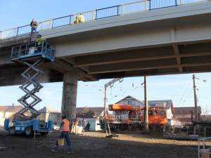 Lucrările de reabilitare a structurii de rezistenţă a pasarelei CFR au fost finalizate, până vineri urmând să se finalizeze trotuarele şi sistemul de iluminat