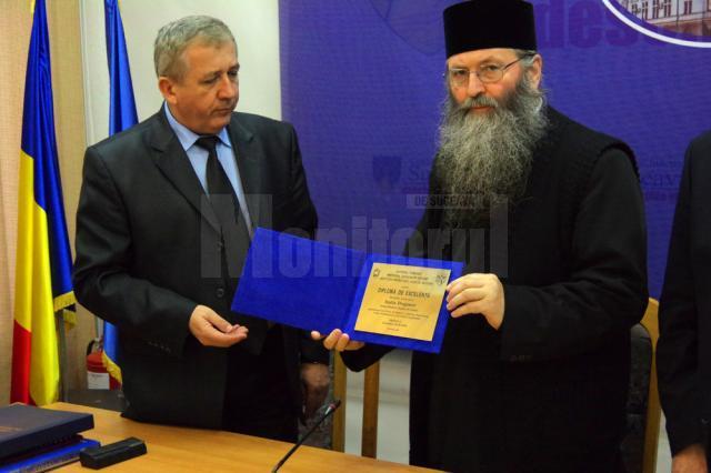 """Prefectului Constantin Harasim  i-a înmânat """"diploma de excelenţă"""" arhimandritului Iustin Dragomir"""