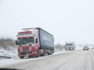 Maşinile şi tirurile neechipate pentru timp de iarnă au provocat aseară mai multe accidente sau au dus la îngreunarea traficului în aproape toate zonele judeţului