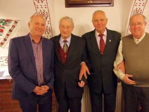 Doctorul Traian Căldare și Petre Rață, alături de doi dintre susținătorii echipei sucevene, Dumitru Popescu și Eugen Girigan