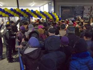 Primii clienţi au format o coadă la intrare de la 6,00 dimineaţa, deşi inaugurarea a fost anunţată pentru ora 07.30