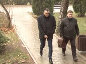 Primarul din Pojorâta, Ioan Bogdan Codreanu (stânga), ieri la sediul Direcţiei Naţionale Anticorupţie Suceava
