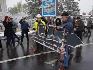 Redeschiderea pasarelei s-a făcut în mod simbolic, prin îndepărtarea semnelor de restricţii rutiere