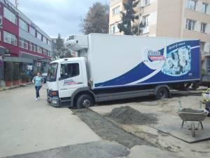 Camionul care a rămas împotmolit într-un şanţ proaspăt acoperit