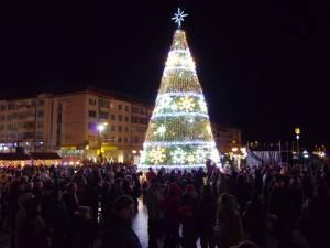 Mii de suceveni au participat la momentul deschiderii luminilor în bradul de Crăciun