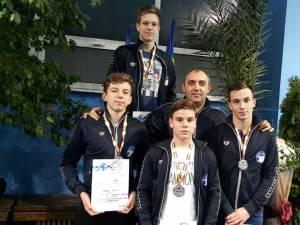 Antrenorul Cezar Moscaliuc alături de echipa masculină de ștafetă a Sucevei