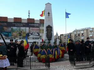 La Monumentul Tuturor Eroilor Neamului din Fălticeni, preotul militar Cătălin Simion a oficiat o slujbă de pomenire şi cinstire a memoriei eroilor, urmată de depuneri de coroane de flori