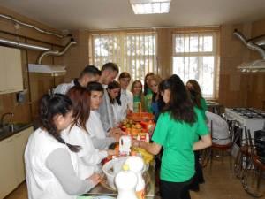 """Proiectul internaţional """"Mănâncă responsabil!"""", la Colegiul Dimitrie Cantemir"""