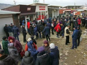 Gardul de delimitare a bazarului privat de cel public a împărţit comercianţii în două tabere