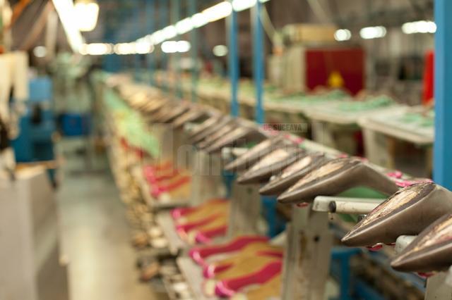 Fabrica din Suceava produce între 1.200 şi 1.500 de perechi de pantofi pe zi