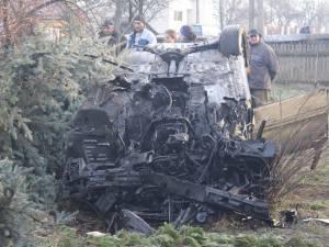 Bolidul distrus, răsturnat în curtea casei cântăreţei Sofia Vicoveanca