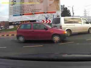 Şoferul a uitat regulile de circulaţie şi în loc să ocolească sensul giratoriu prin dreptul Bazarului a luat-o direct pe sens opus