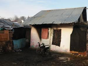 Locuinţa în care s-a adăpostit bărbatul şi care a luat foc duminică dimineaţă