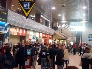 """Consiliul Judeţean Suceava şi Ansamblul """"Ciprian Porumbescu"""" au organizat, ieri, un flashmob pe Aeroportul Internaţional """"Henri Coandă"""" Otopeni"""