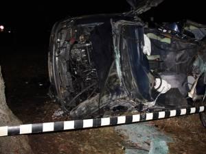 Impactul a fost extrem de violent, iar maşina s-a transformat într-un morman de fiare contorsionate, două persoane fiind proiectate prin parbriz în exterior
