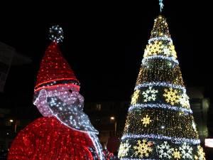 Moş Crăciun va veni mai devreme pentru mii de copii, astăzi, la bradul din centrul Sucevei