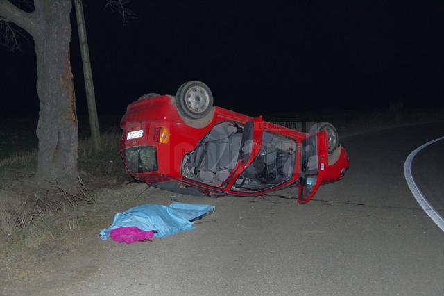 Şoferul a  pierdut controlul maşinii într-o curbă deosebit de periculoasă spre stânga, lovindu-se violent de singurul copac aflat pe marginea drumului