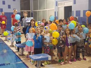 O parte din micii înotători ce au participat la proiect