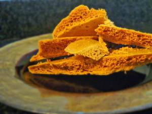 Fagure de caramel (honeycomb). Foto: thecookingcoach.eu