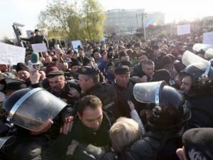 Alături de colegii lor din ţară, în număr de câteva mii, ciobanii au luat cu asalt clădirea Palatului Parlamentului şi au fost opriţi cu greu de jandarmi. Foto: Adevărul
