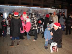 5.000 de cadouri pentru copii au fost împărţite la bradul din centrul Sucevei