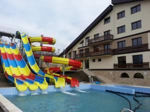 Noul complex din Cacica dispune de o piscină exterioară cu tobogane cu apă