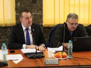 Viceprimarul Lucian Harşovschi (stânga) consideră că se impune o schimbare în modul de funcţionare a Serviciului de Administrare Străzi din cadrul Primăriei Suceava