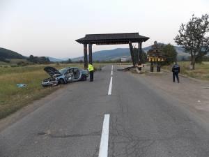 Autoturismul a acroşat un parapet şi s-a izbit violent în poarta bucovineană de la intrarea în comuna Putna