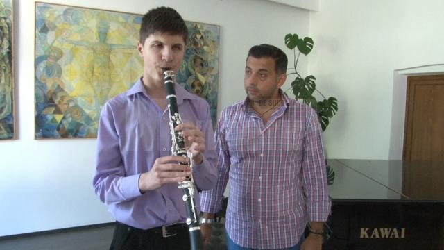 """Alexandru Cozaciuc are 17 ani, este elev al Colegiului de Artă """"Ciprian Porumbescu"""" şi cântă la nu mai puţin de 16 instrumente"""