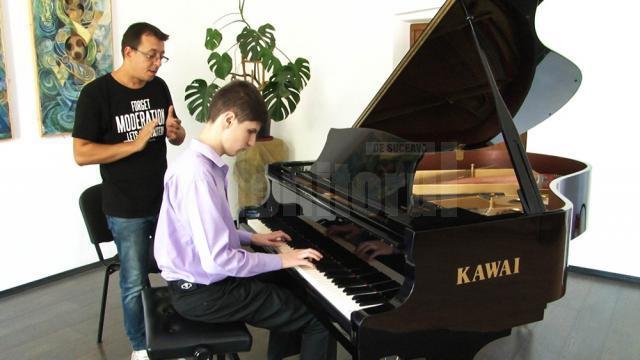 """Johannes Raimund Onesciuc, profesor de pian: """"A trebuit să studiez eu mai întâi, să cânt eu, iar el cu mânuţele aşezate pe mâinile mele să încerce să reproducă"""""""