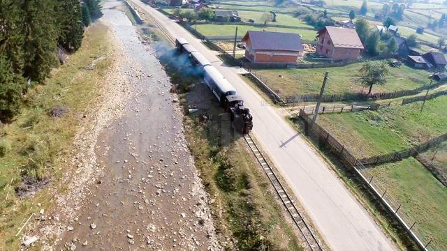 Mocăniţa îi plimbă pe turişti pe o distanţă de 12 kilometri, tur-retur, de la Moldoviţa la Argel