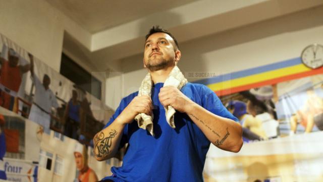 Andu Vornicu face de trei ani antrenamente cu sportivii secţiei de box a Clubului Sportiv Municipal Suceava şi o face voluntar